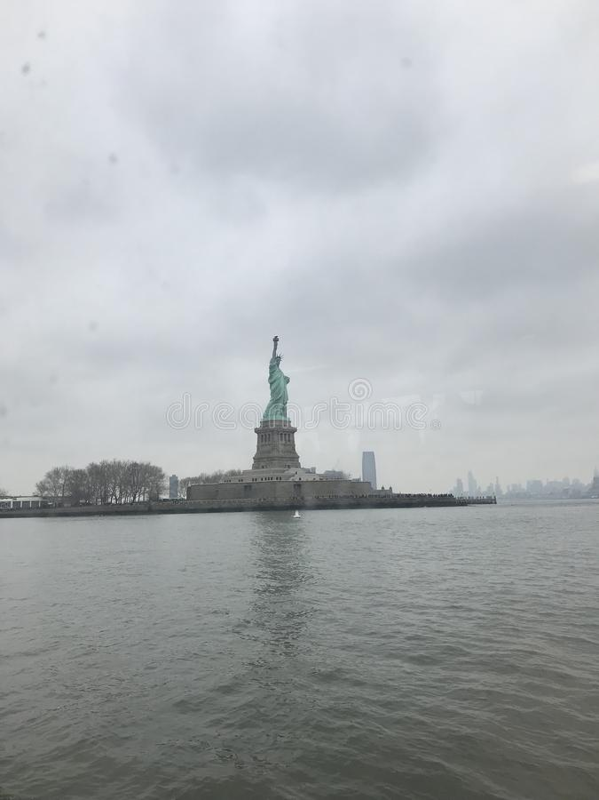 Estatua de la libertad y de la puesta del sol de New York City fotografía de archivo