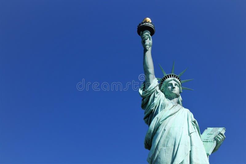 Estatua de la libertad y de la puesta del sol de New York City imagenes de archivo