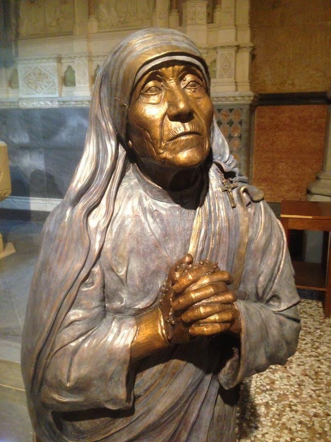 Estatua de la madre Teresa imagenes de archivo