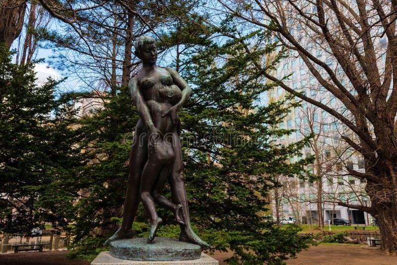 Estatua de la madre y del hijo en el gobierno anterior de Hokkaido imagen de archivo libre de regalías