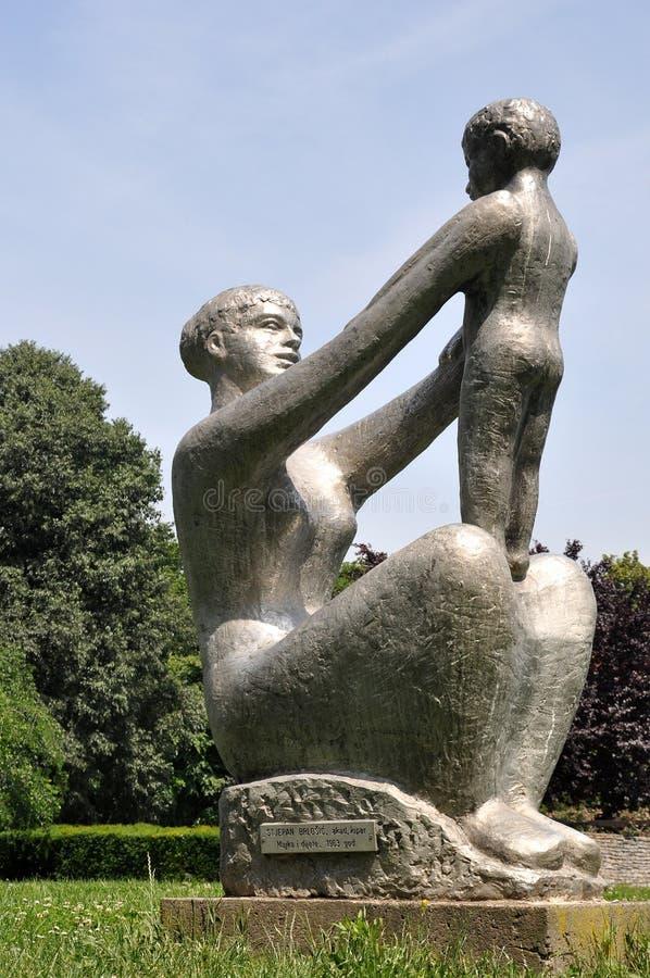 Estatua de la madre y del niño foto de archivo libre de regalías