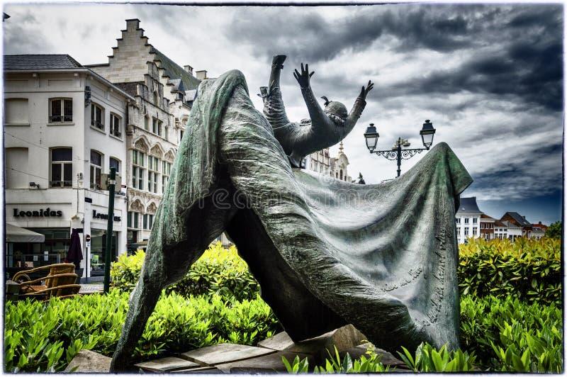 Estatua de la muñeca del vuelo de Opsinjoorke en Mechelen, Bélgica fotografía de archivo