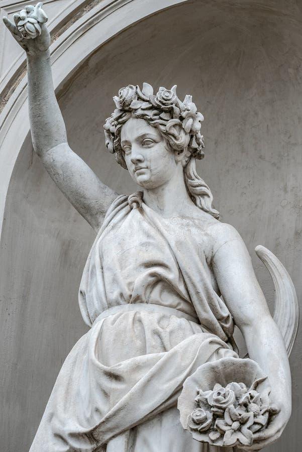 Estatua de la mujer pechugona e hinchada sensual de la era del renacimiento en el anillo de flores, Potsdam, Alemania, detalles,  fotos de archivo libres de regalías