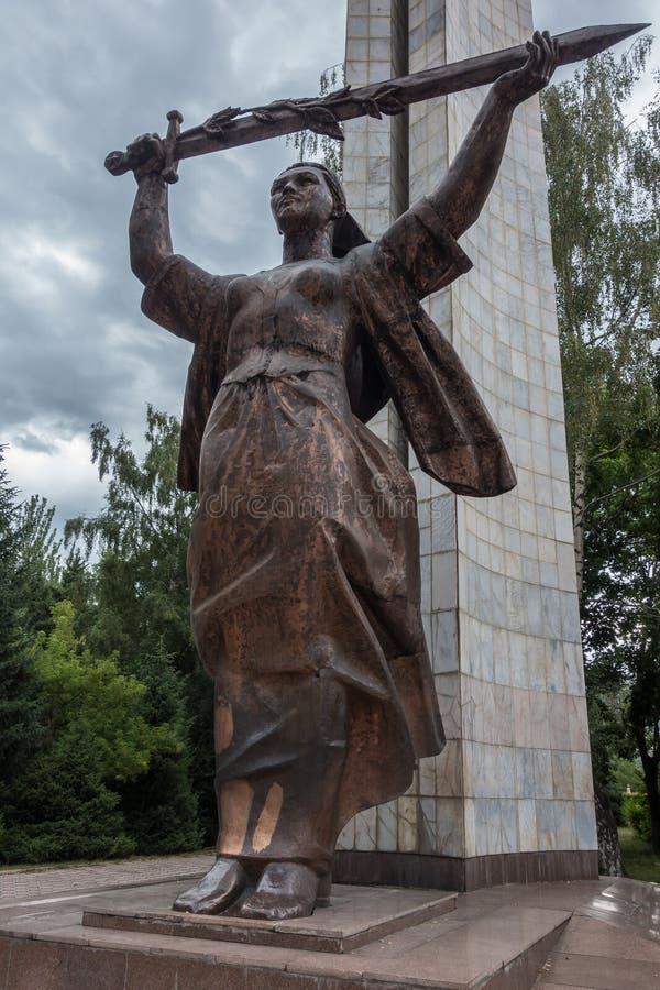 Estatua de la patria en el gran monumento de guerra patriótico/el monumento de la guerra mundial 2 en Victory Park, Karakol, Kirg fotos de archivo libres de regalías