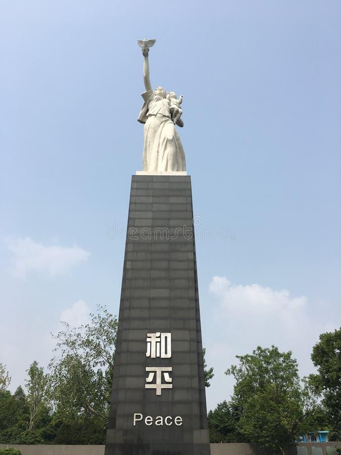 Estatua de la paz en el museo de la masacre de Nanjing, China imagenes de archivo