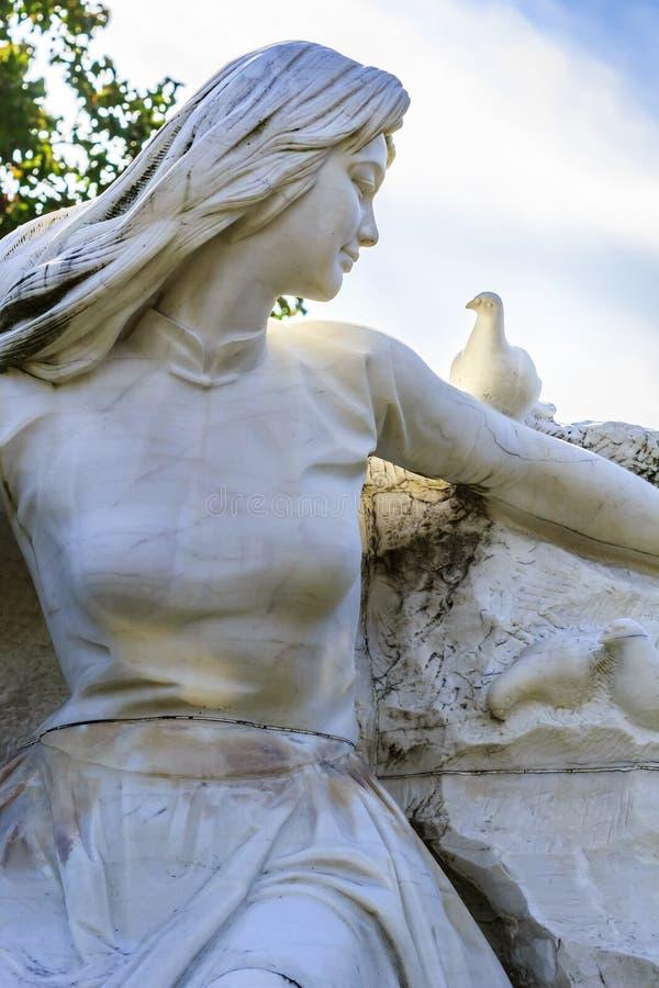 Estatua de la paz en el parque de la paz de Nagasaki imágenes de archivo libres de regalías