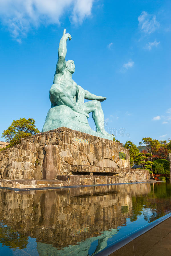 Estatua de la paz en el parque de la paz en Nagasaki fotografía de archivo