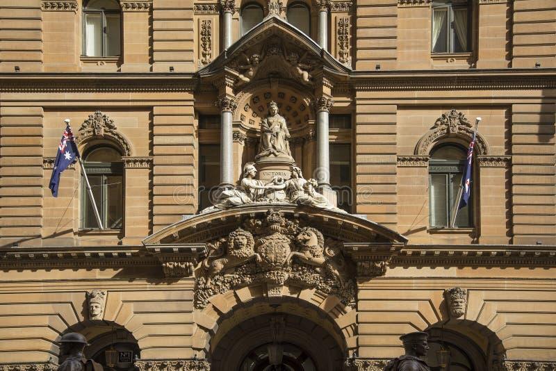 Estatua de la reina Victoria en el ayuntamiento de Sydney Australia fotos de archivo