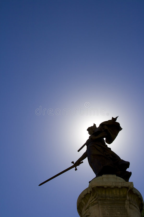 Estatua de la señora y cielo azul imagen de archivo