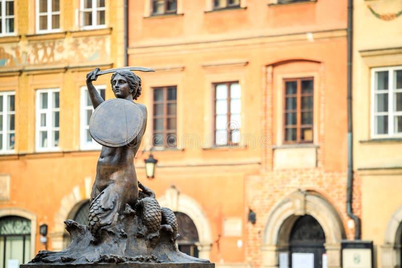 Estatua de la sirena en el centro de ciudad de Varsovia, Polonia fotografía de archivo