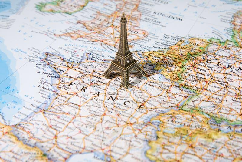 Estatua de la torre Eiffel en una correspondencia fotos de archivo