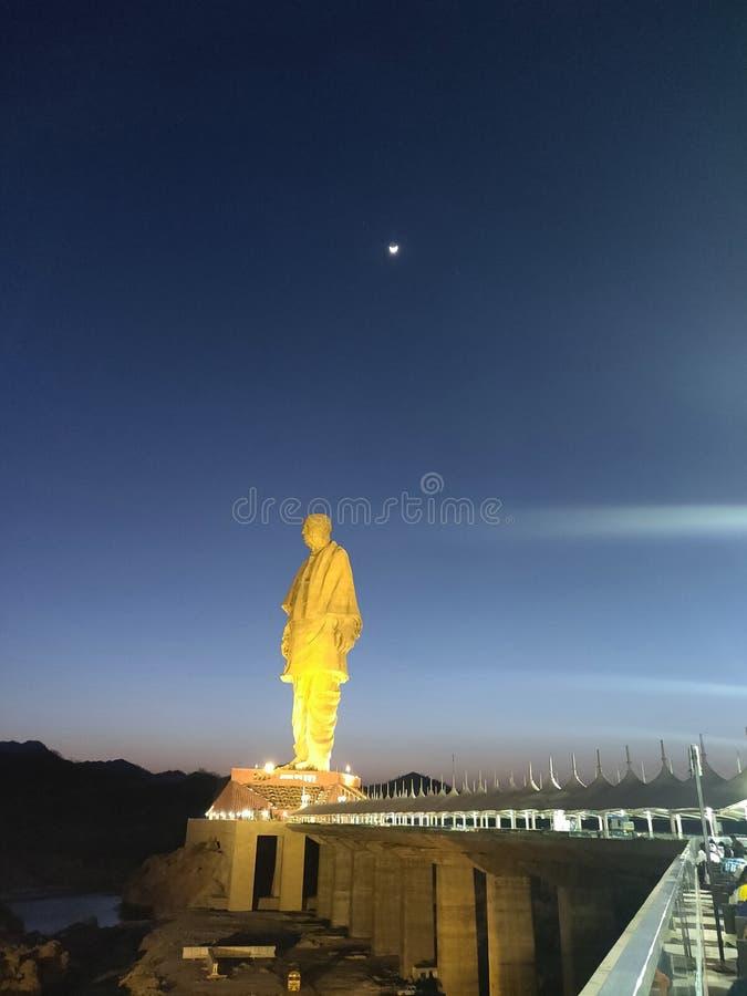 Estatua de la unidad en la noche fotos de archivo libres de regalías