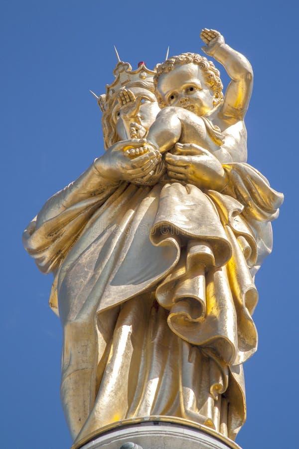 Estatua de la Virgen María en Notre-Dama-de-la-Garde Marsella imagenes de archivo