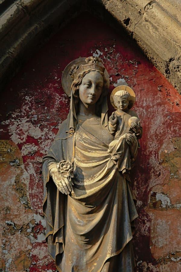 Estatua de la Virgen María y del bebé Jesús fotos de archivo libres de regalías