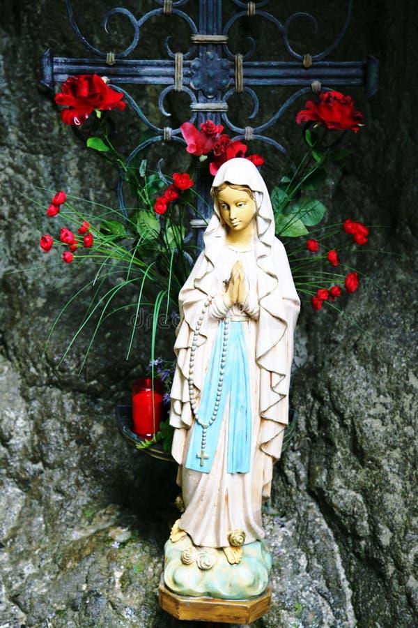 Estatua de la Virgen Maria en una cueva fotografía de archivo