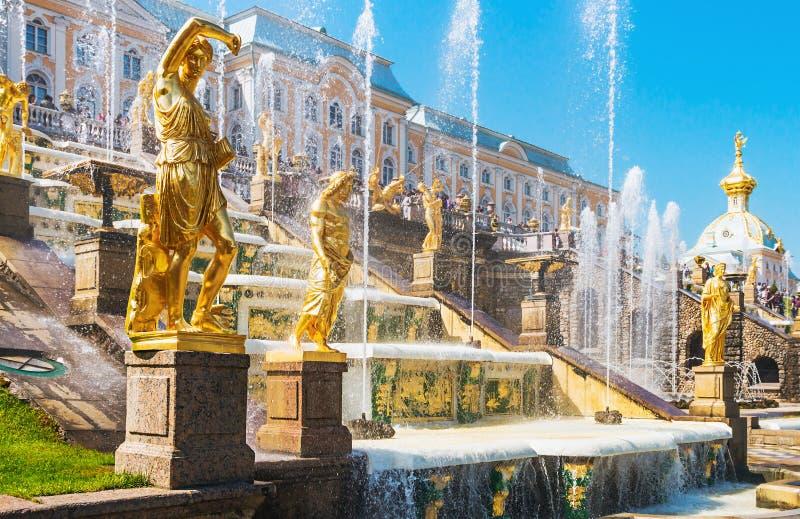 Estatua de las fuentes magníficas de la cascada en Peterhof imágenes de archivo libres de regalías