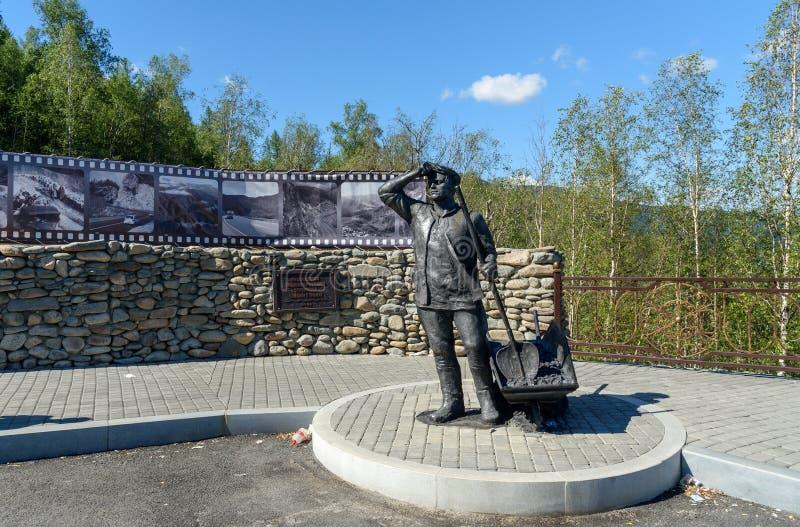 Estatua de las hazañas de trabajo para los constructores de Chuysky Trakt Paso de montaña Chike-Taman República de Altai, Siberia foto de archivo