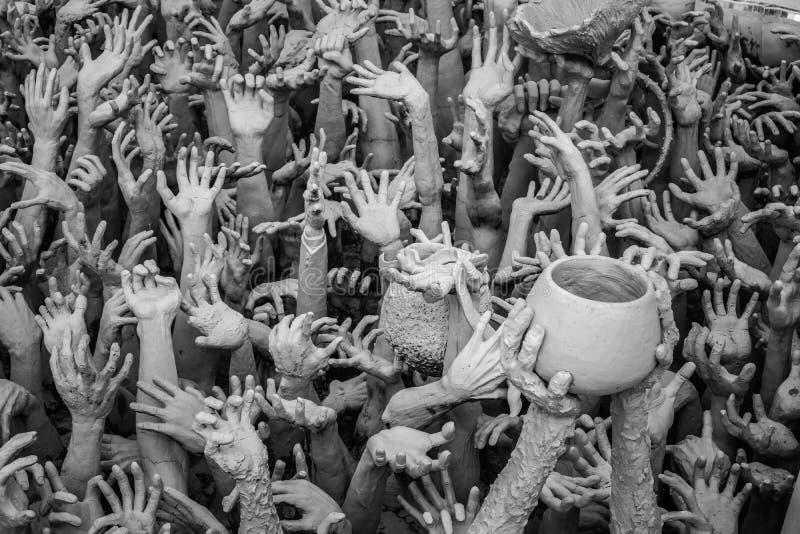 Estatua de las manos del infierno en Wat Rong Khun en Chiang Rai, Tailandia imágenes de archivo libres de regalías