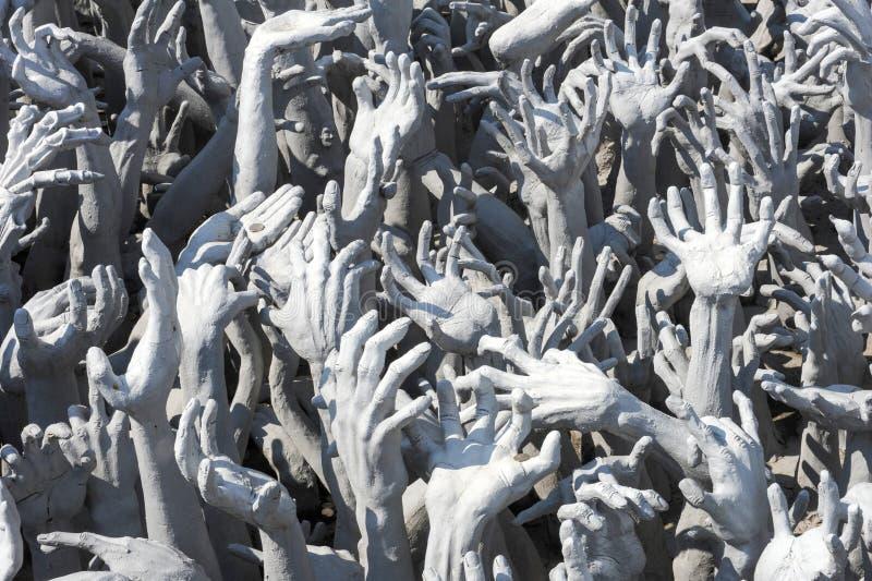 Estatua de las manos del infierno en Wat Rong Khun en Chiang Rai fotos de archivo libres de regalías