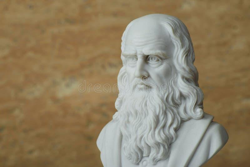 Estatua de Leonardo Da Vinci, creador italiano antiguo del arte imagen de archivo libre de regalías