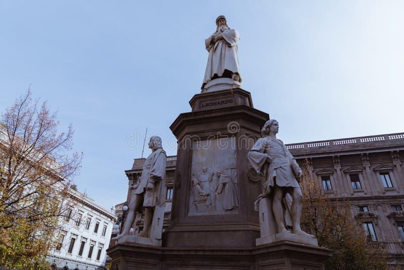 Estatua de Leonardo da Vinci en el della Scala, Milán, Italia de la plaza fotos de archivo libres de regalías