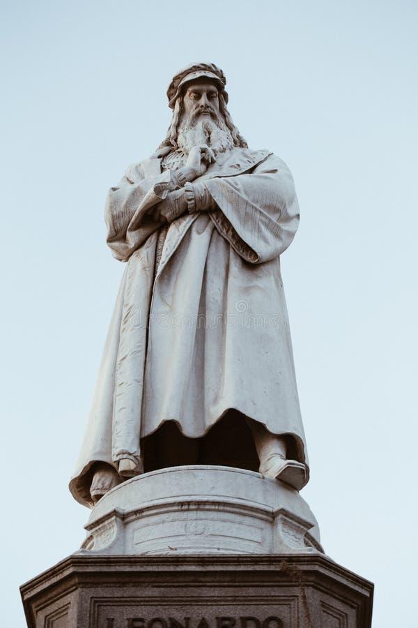 Estatua de Leonardo da Vinci en Milán imagenes de archivo