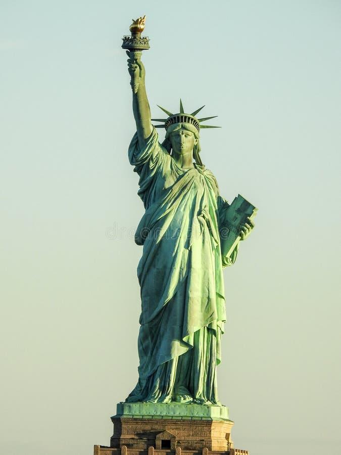 Estatua de Liberty New York Harbor Basking en luz del sol foto de archivo