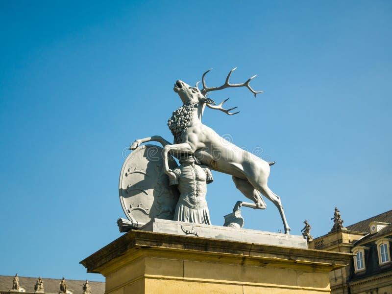 Estatua de los ciervos, Neues Schloss detr?s de la fuente, domicilio del Ministerio de Finanzas, palacio en el cuadrado de Schlos foto de archivo libre de regalías