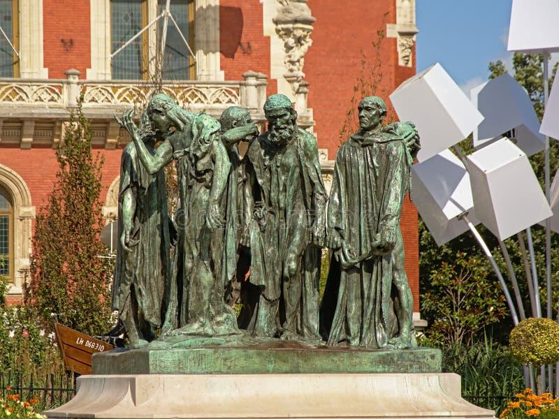 Estatua de los ciudadanos de Calais delante del ayuntamiento imagen de archivo