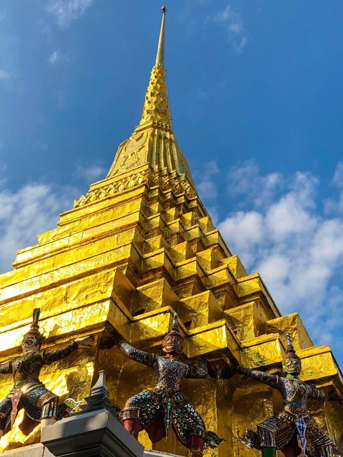 Estatua de los Gigantes de Oro bajo pagoda dorada en wat pra keaw , Bangkok , custodiando estatuas del Chedi de oro en Wat Phra K fotos de archivo libres de regalías