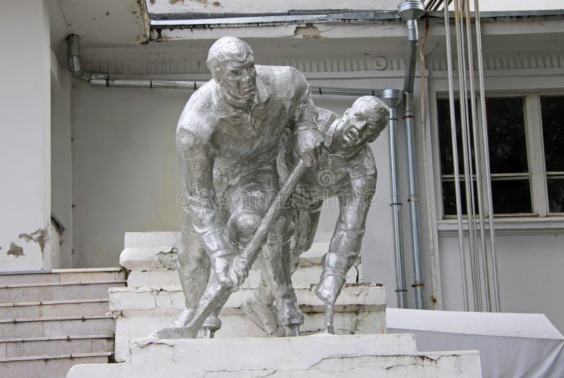 Estatua de los jugadores de hockey en el parque de Jabárovsk fotografía de archivo libre de regalías