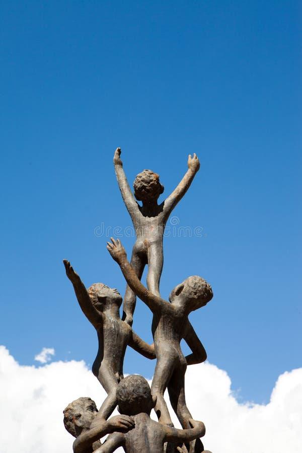 Estatua de los niños en fotografía de archivo libre de regalías