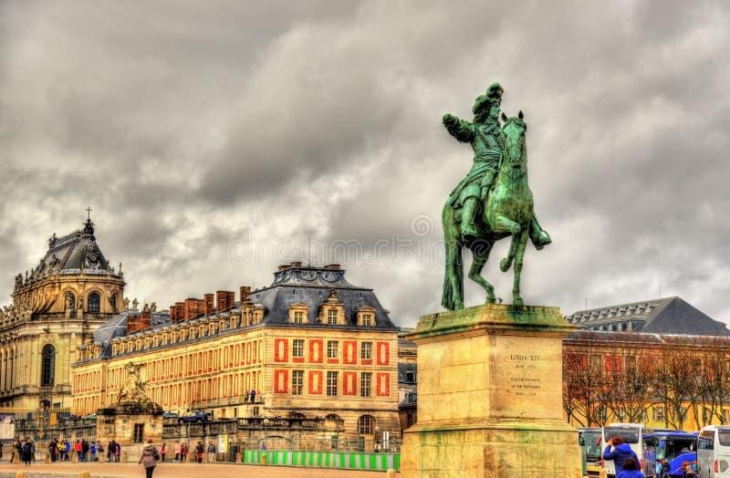 Estatua de Louis XIV delante del palacio de Versalles imágenes de archivo libres de regalías