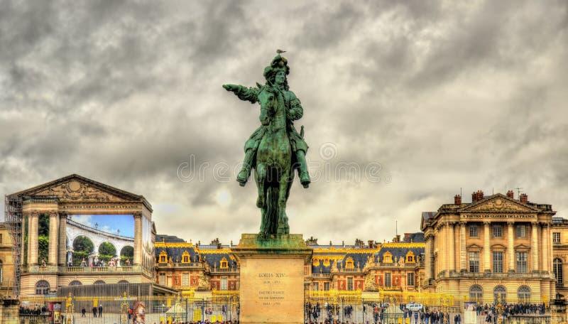 Estatua de Louis XIV delante del palacio de Versalles foto de archivo libre de regalías