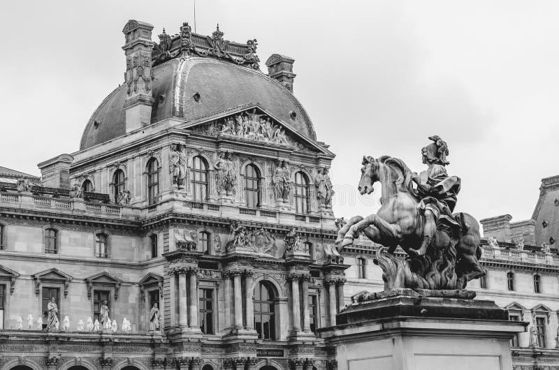 Estatua de Louis xiv en el museo París de la lumbrera fotografía de archivo libre de regalías