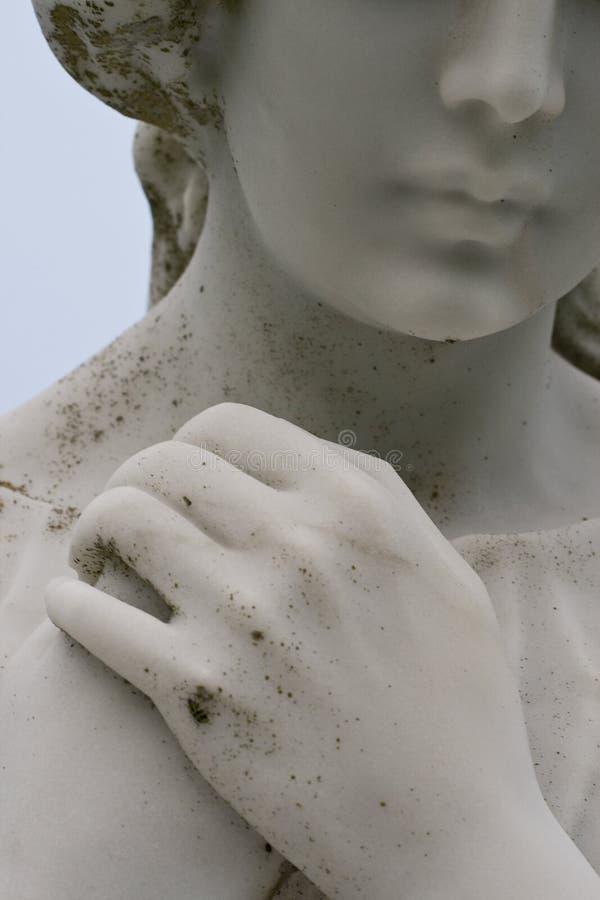 Estatua de luto en un cementerio fotos de archivo