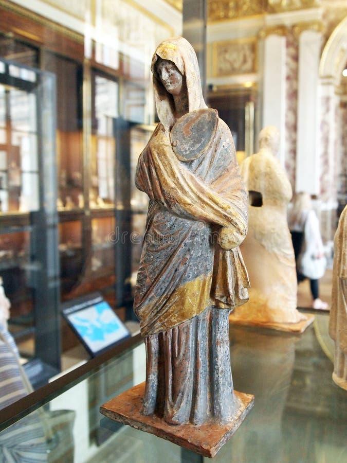 Estatua de mármol antigua, hembra con túnica, museo del Louvre, París, Francia fotos de archivo libres de regalías