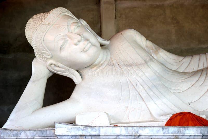 Estatua de mármol blanca de Buda en Tailandia imágenes de archivo libres de regalías