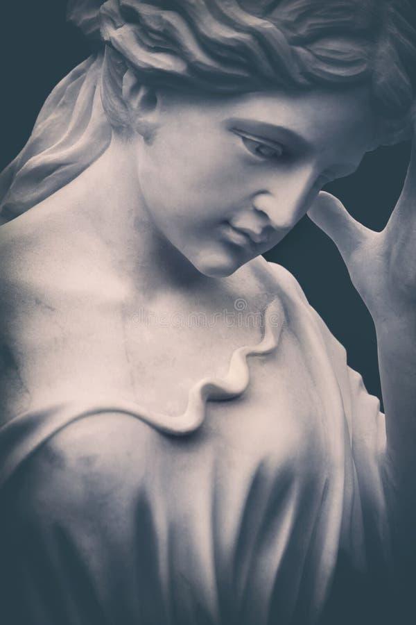 Estatua de mármol blanca resistida del cementerio imagenes de archivo