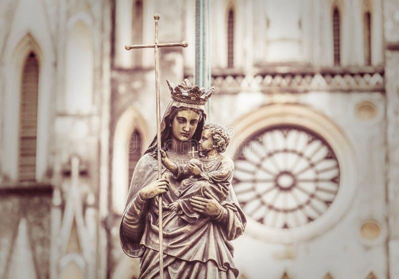 Estatua de mármol de la Virgen María que lleva a un niño con un difuso imagenes de archivo