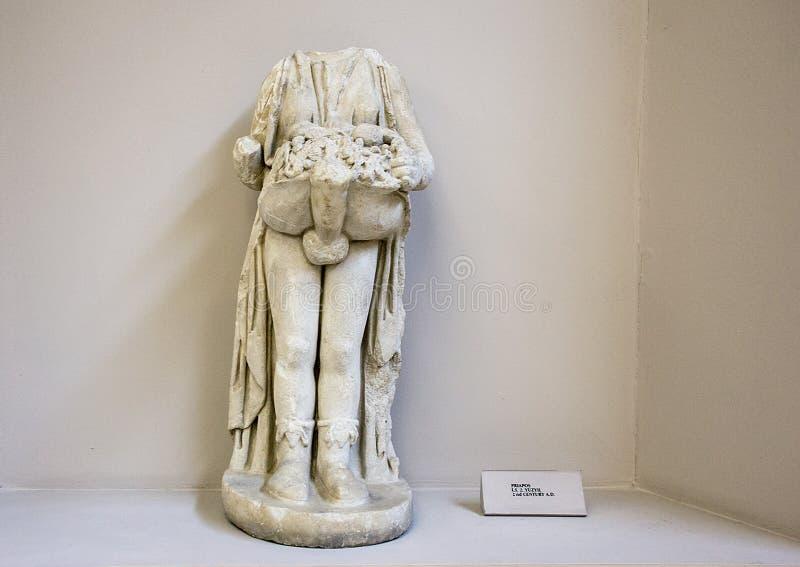 Estatua de mármol de Priapos de Ephesus, de la cabeza y de un desaparecidos de la mano fotos de archivo