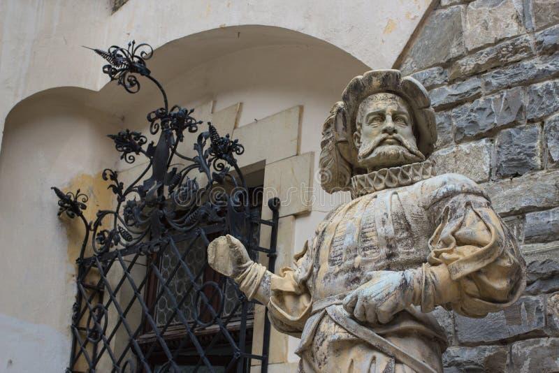 Estatua de mármol medieval del cortesano en el castillo de Peles, Rumania imagen de archivo libre de regalías
