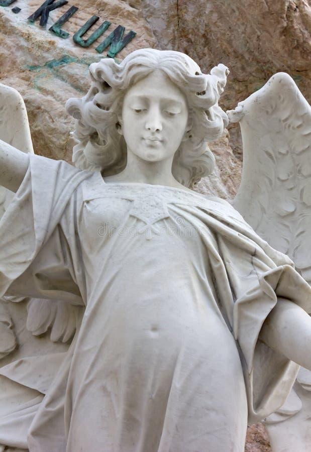 Estatua de mármol de un ángel imágenes de archivo libres de regalías