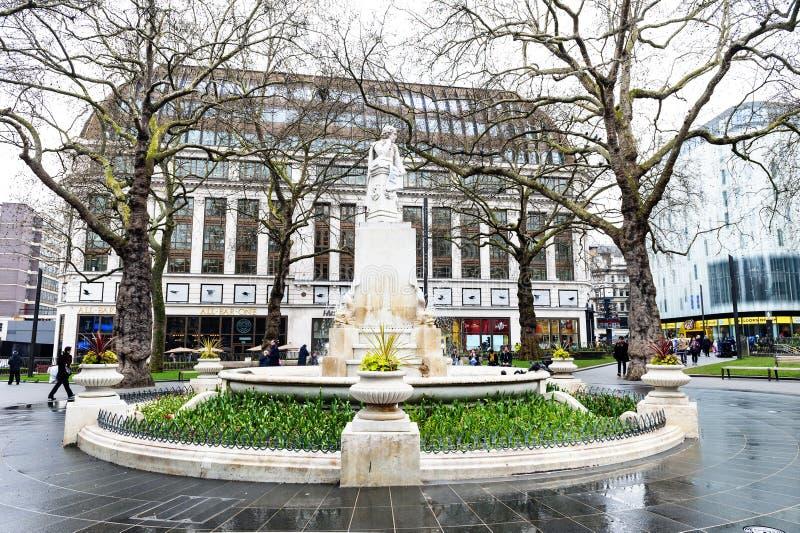 Estatua de mármol de William Shakespeare en el jardín del cuadrado de Leicester en Londres, Reino Unido fotos de archivo