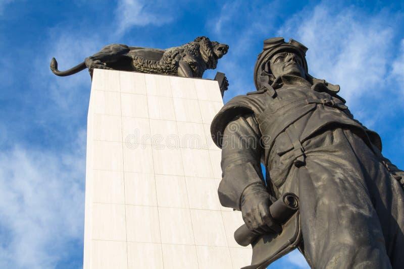 Estatua de M r Stefanik y un león fotos de archivo