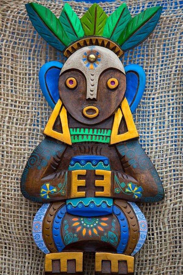 Estatua de madera colorida indígena en Otavalo, Ecuador fotos de archivo