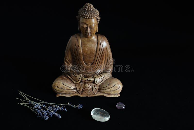 Estatua de madera de Buda con los cristales fotos de archivo libres de regalías