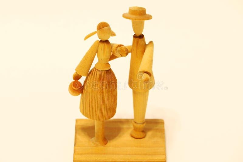 Estatua de madera del hombre y de la mujer aislados en el fondo blanco fotos de archivo libres de regalías