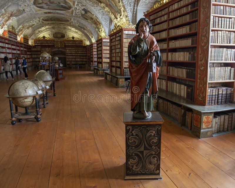 Estatua de madera de Saint John el evangelista en el Pasillo teológico de la biblioteca de Strahov imágenes de archivo libres de regalías