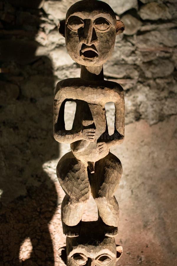Estatua de madera tallada por la gente primitiva foto de archivo libre de regalías